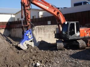小割り機が廃材の小割り・異物を取り除いている