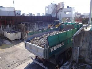 廃材を積んだ車両
