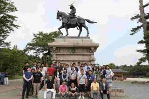 仙台城跡 伊達政宗騎馬像の前で記念撮影