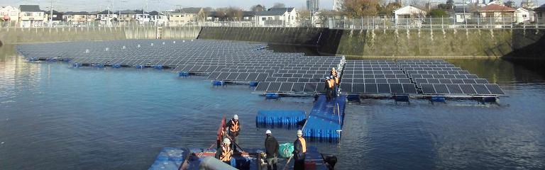 フロート式水上太陽光発電システムのユニット連結完了