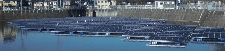 ユニットの連結がほぼ完了したフロート式水上太陽光発電システム