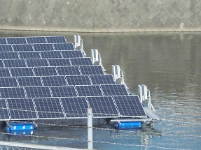 PCS(パワーコンディショナー)の取付が完了したフロート式水上太陽光発電システム