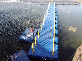 水上の太陽光パネルと陸をつなぐ桟橋が完成
