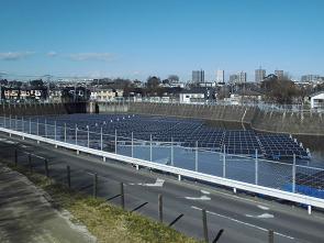 これからユニットとアンカーを係留するフロート式水上太陽光発電システム