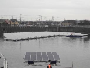 水上で仮連結している水上太陽光発電システム
