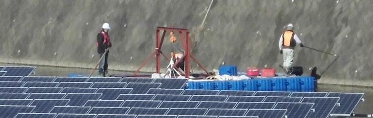 ユニットとアンカーを仮係留しているフロート式水上太陽光発電システム