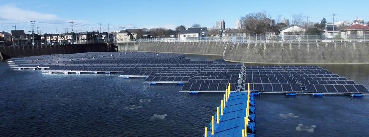 水上でのフロート式水上太陽光発電システムの設置が完了