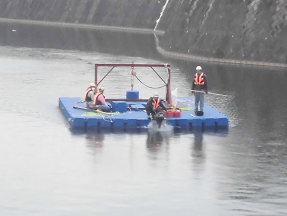 陸へ帰還中のポンツーン船