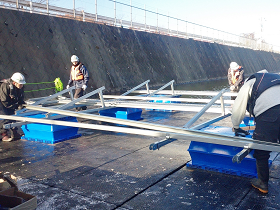 フロート式太陽光発電設備の架台組み立て