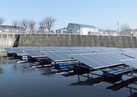 水上からみたフロート式太陽光発電設備