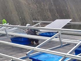 フロート式太陽光発電設備のモジュールを架台に固定