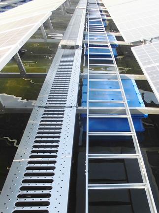 フロート式太陽光発電設備の水上にあるラック
