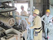 生コンクリート工場見学会で機械の説明を受ける参加者様