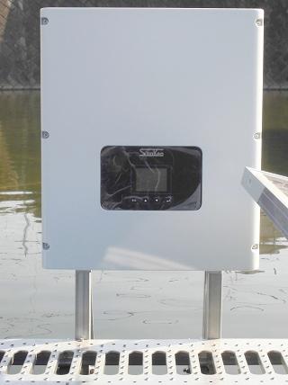 フロート式太陽光発電設備の水上にあるPCS(パワーコンディショナー)
