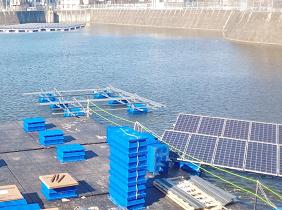 フロート式太陽光発電設備の水上作業台