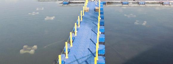 フロート式太陽光発電設備の水中にあるアンカー(重石)